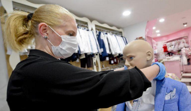 Coronavirus, negozi di abbigliamento con gel e mascherine