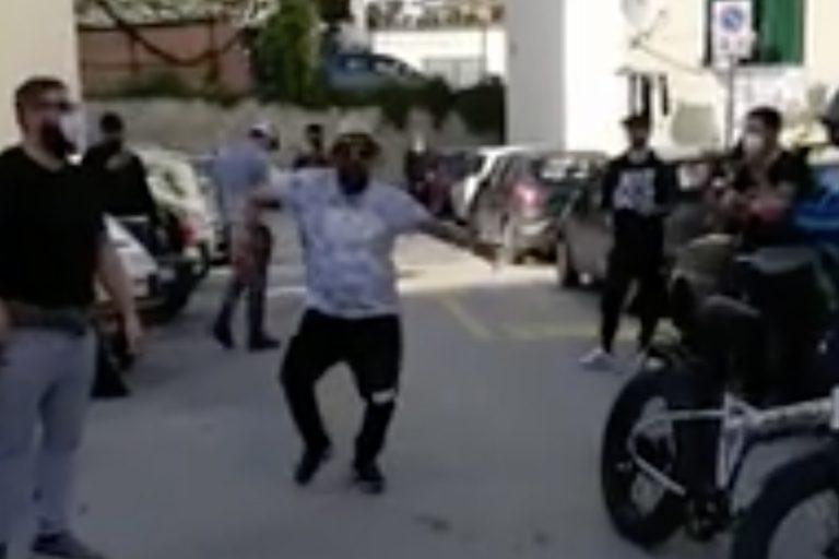 coronavirus spagna viola quarantena e fa festa in strada
