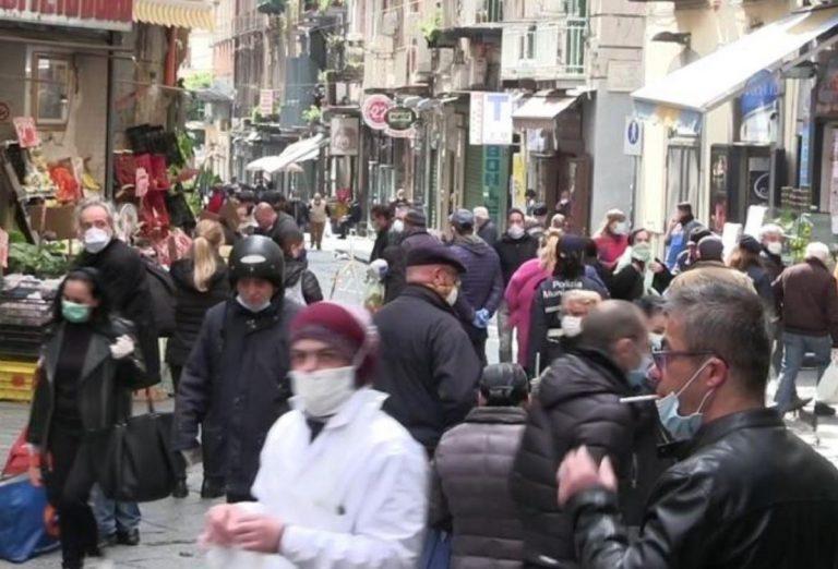 coronavirus, troppa gente in strada per la spesa a napoli