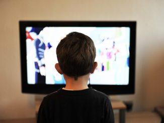Coronavirus, il video del bambino stanco di stare a casa