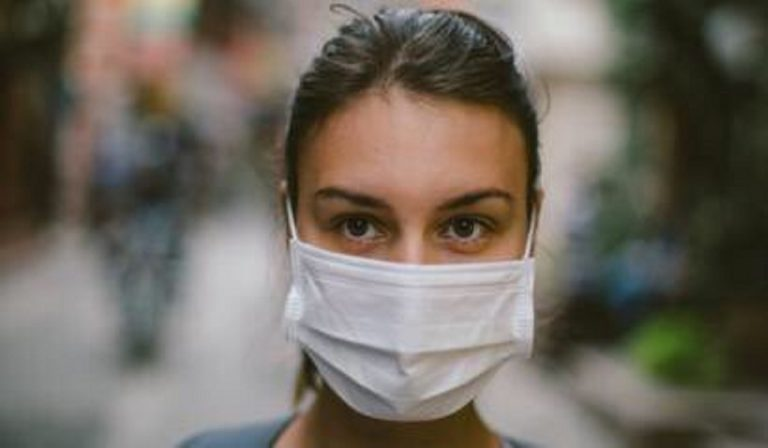 Coronavirus, parlando può avvenire il contagio