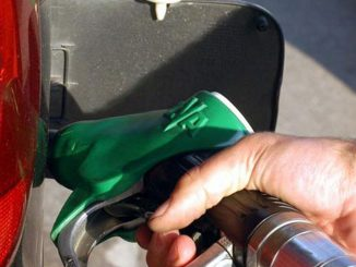 prezzo petrolio scende benzina