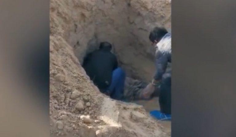 Cina, uomo seppellisce la madre viva