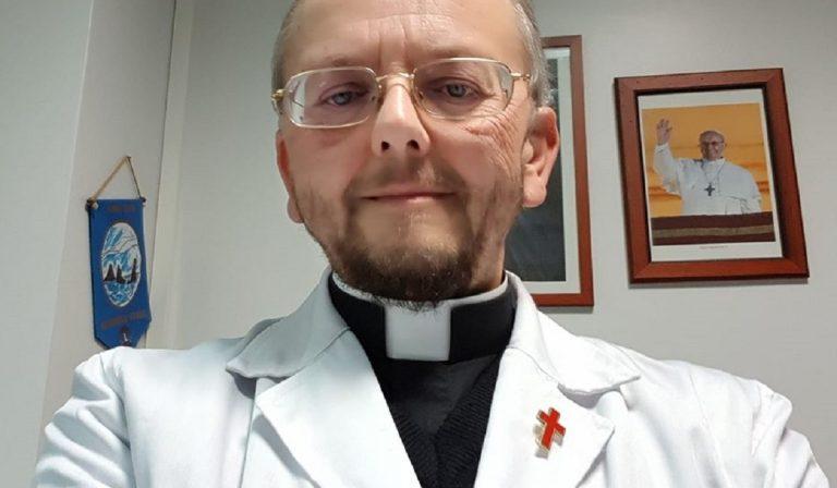 Coronavirus, prete torna a fare il medico