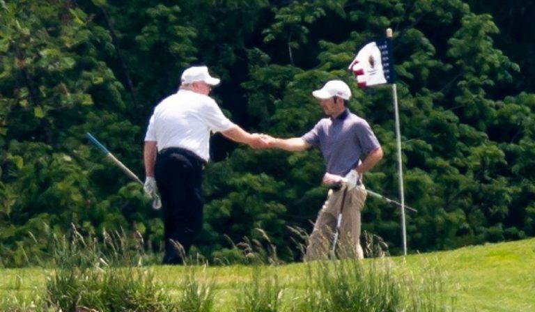 Donald Trump sul campo da golf durante la pandemia