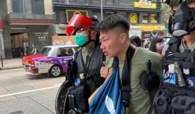Un manifestate arrestato dalla polizia a Hong Kong