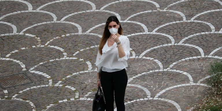 Lavoratrice con mascherina