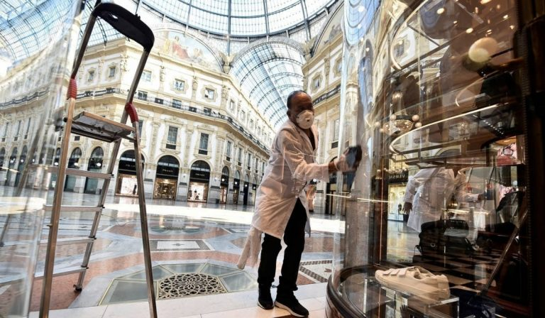 Milano, riaprono i negozi della Galleria Vittorio Emanuele