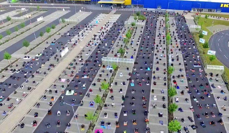 Parcheggio Ikea: preghiera dei fedeli musulmani