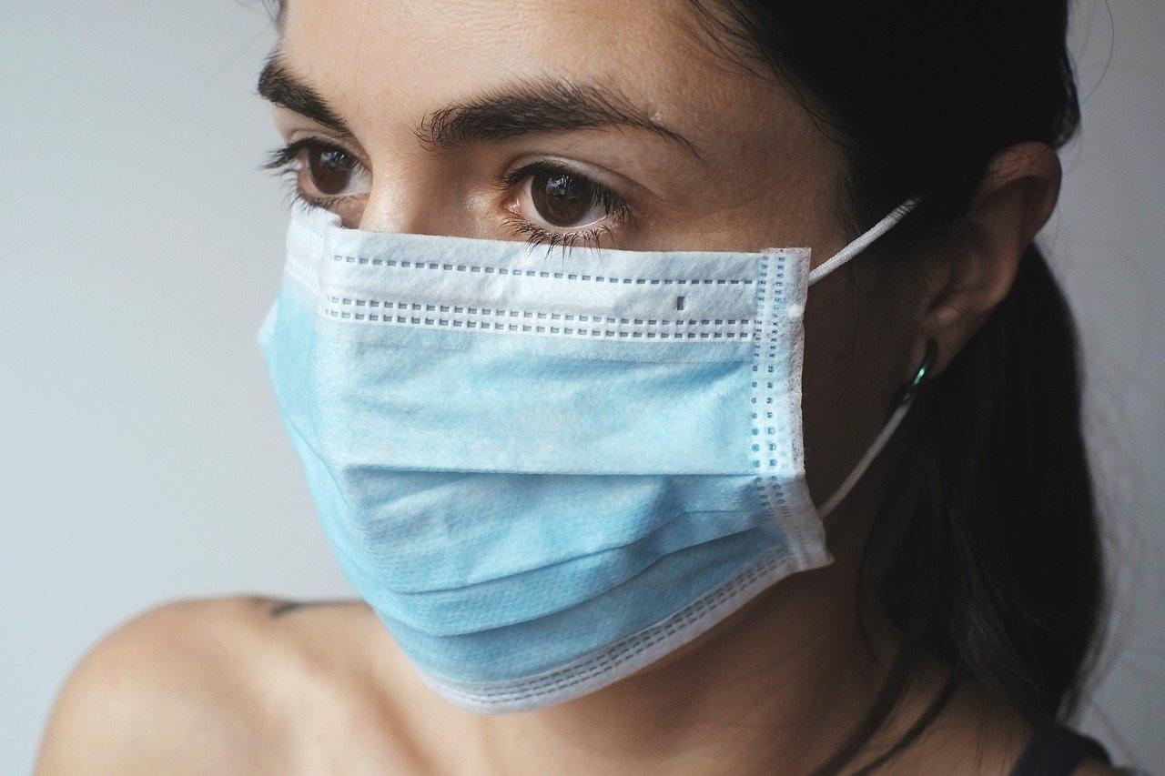 donna mascherina coronavirus