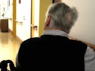Anziani divisi dal coronavirus: l'abbraccio