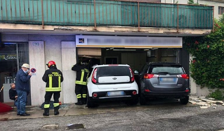 Vicenza, auto schiantate dentro un ufficio: anziana ferita