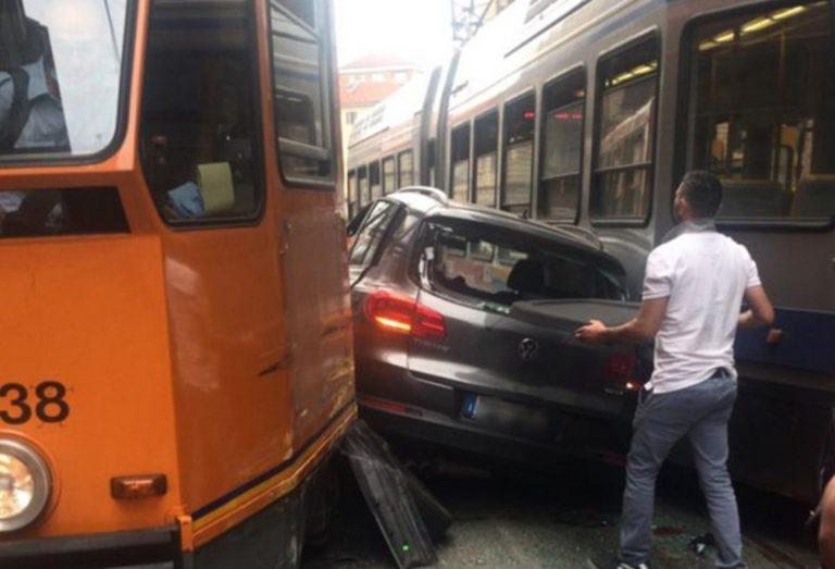 auto si scontra tram