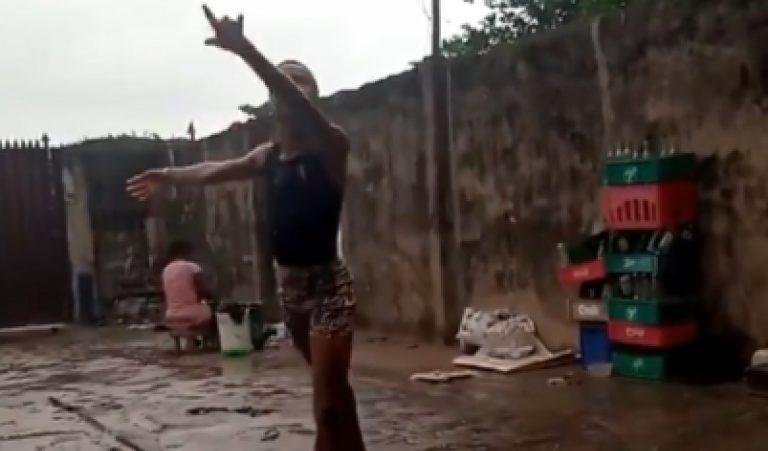 Bambino danza sotto la pioggia nigeria
