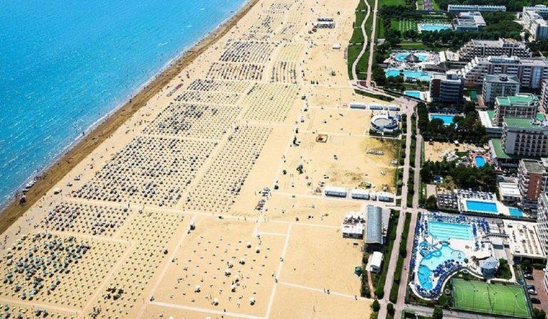 Coronavirus, Bibione: spiaggia affollata