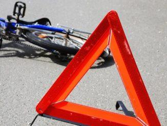 cade dalla bici conficca pinze