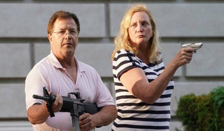 Usa: coppia punta armi sui manifestanti