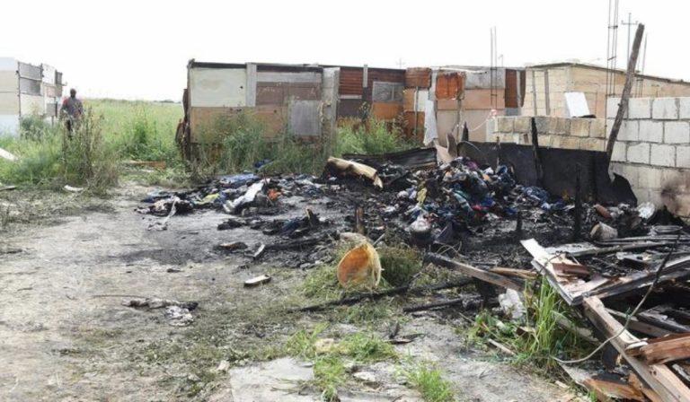 Migrante muore carbonizzato nell'incendio del ghetto di Borgo Mezzanone, Foggia