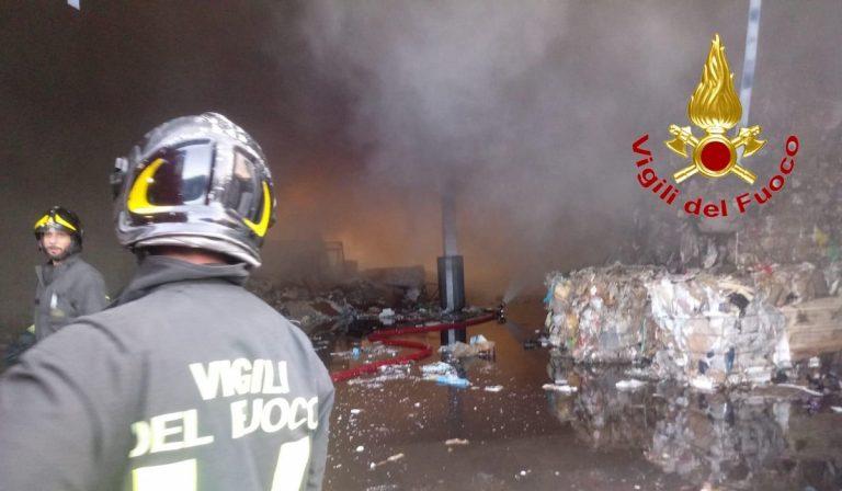 Vignate: incendio in un capannone