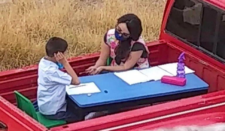 Lezioni in furgone, insegnante aiuta studenti senza rete