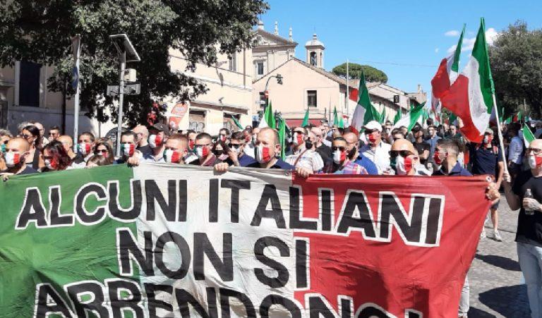 Manifestazione Roma mascherine tricolori