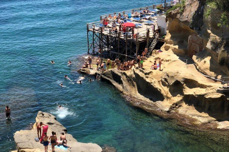 Napoli, spiaggia di Marechiaro: folla di bagnanti e poche mascherine