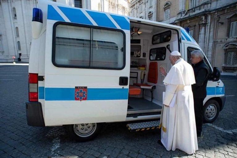 Papa Francesco benedice ambulanza