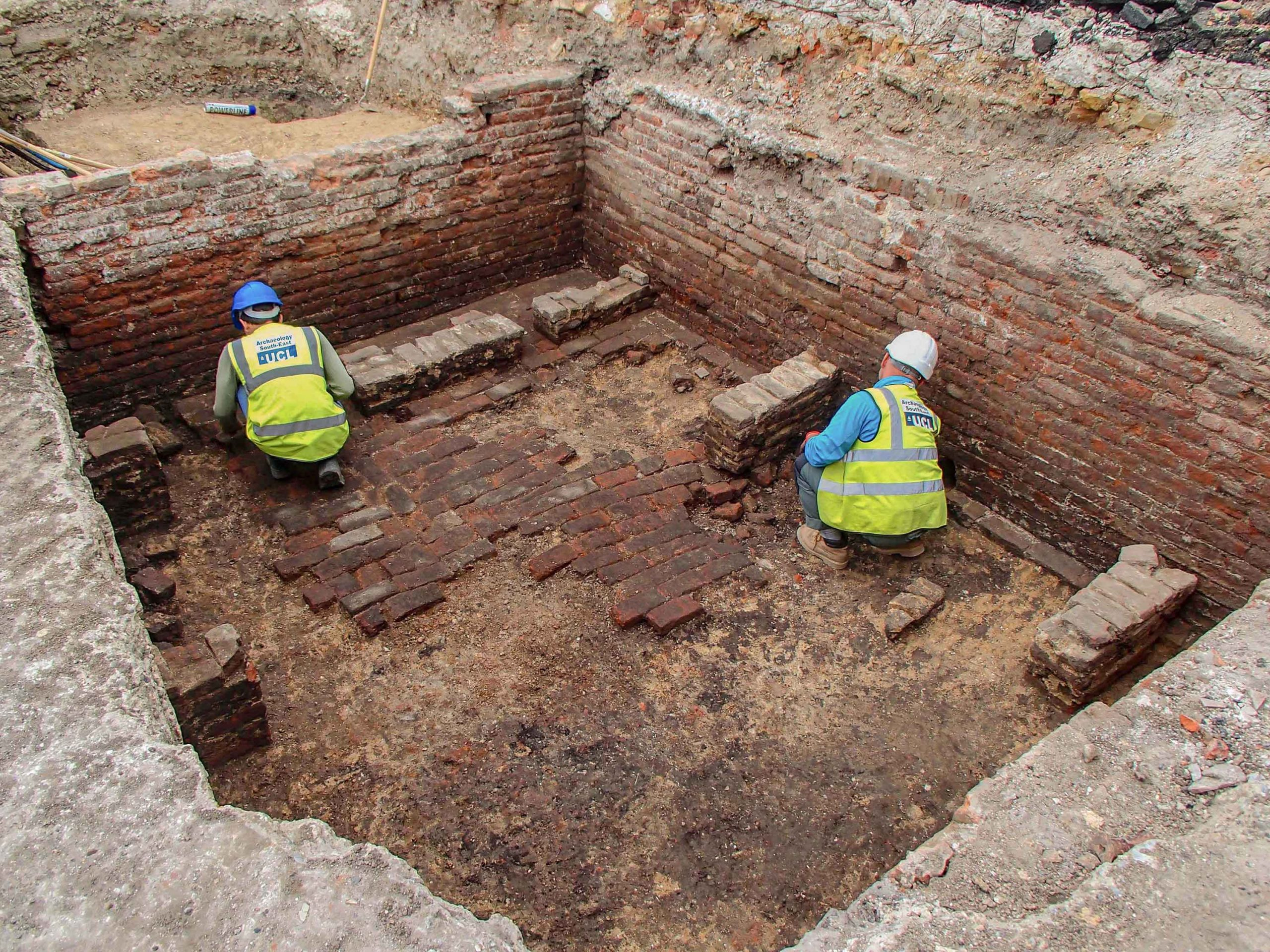 Archeologi al lavoro al Teatro Red Lion