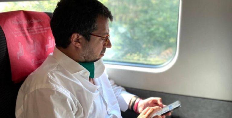 Salvini in treno senza mascherina