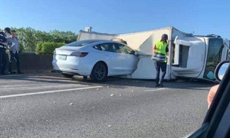 Schianto tesla camion autostrada