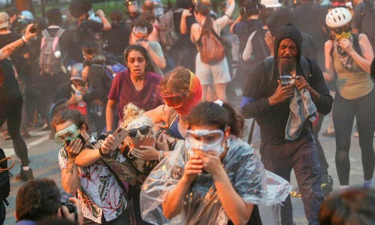 Spray urticante manifestanti statua jackson