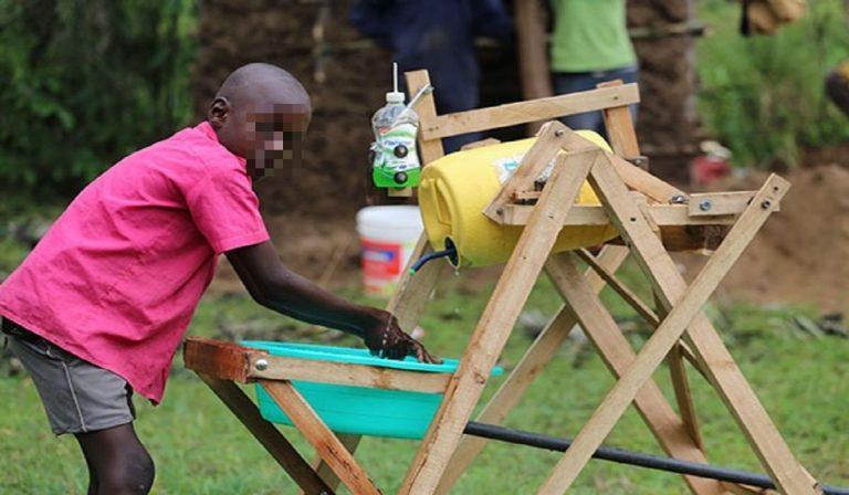 Coronavirus, bimbo inventa macchina per lavarsi le mani