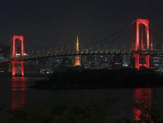 Tokyo, il Rainbow Bridge torna a illuminarsi di rosso