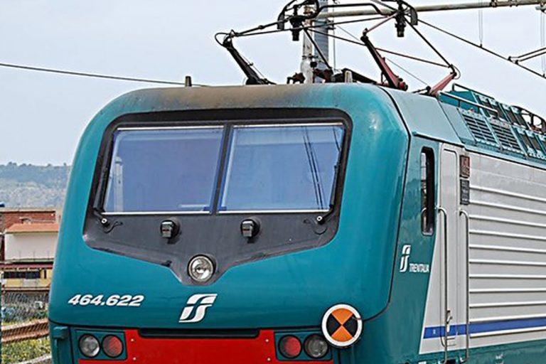 treno senza mascherina sputa