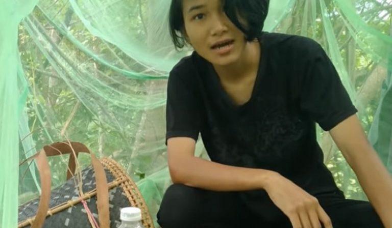 Malesia, studentessa su albero per gli esami online