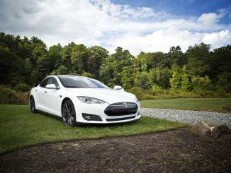 Acquista per sbaglio 27 Tesla: arriva il conto da 1,4 milioni di euro
