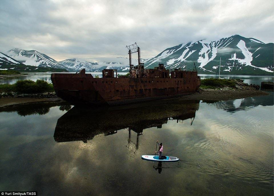 Barca arrugginita abbandonata