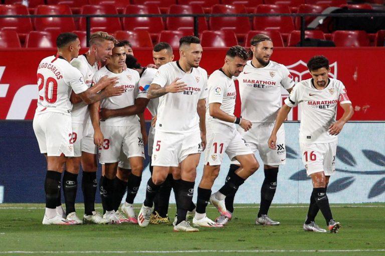 Calciatori del Siviglia durante l'esultanza dopo un gol