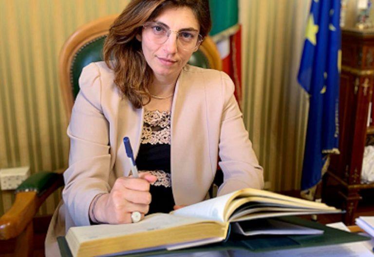 Laura Castelli annuncia l'addio agli acconti-saldi