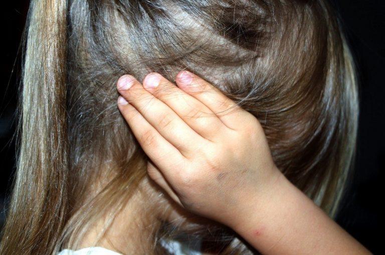 Bambina in difficoltà