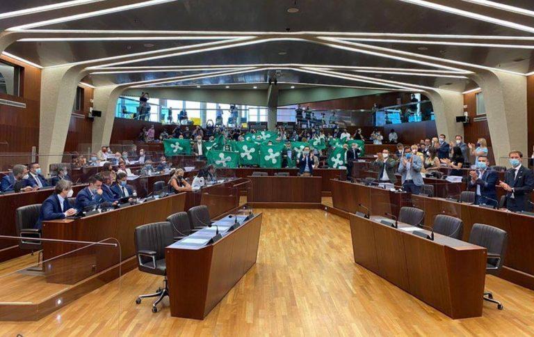 Applausi durante il Consiglio regionale della Lombardia, ieri 27 luglio