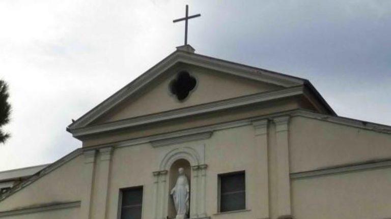 Donna partorisce in chiesa