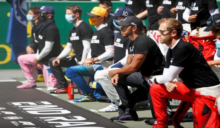 F1, piloti in ginocchio contro il razzismo