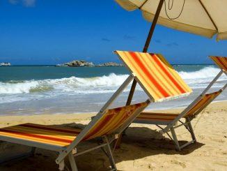 Sardegna, lite in spiaggia per gli ombrelloni