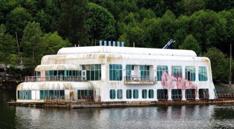 Il McDonald galleggiante abbandonato