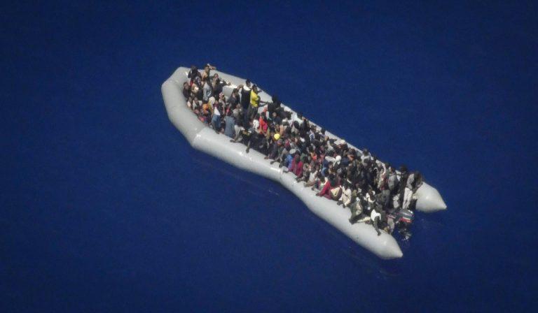 I 120 migranti a bordo del gommone in difficoltà