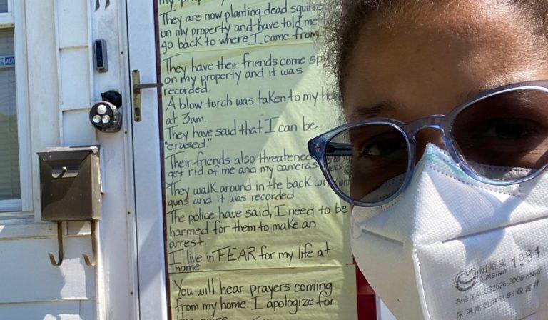 Minacce di morte dai vicini di casa: la storia di Jennifer