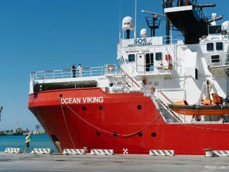La nave Ocean Viking attraccata a Porto Empedocle