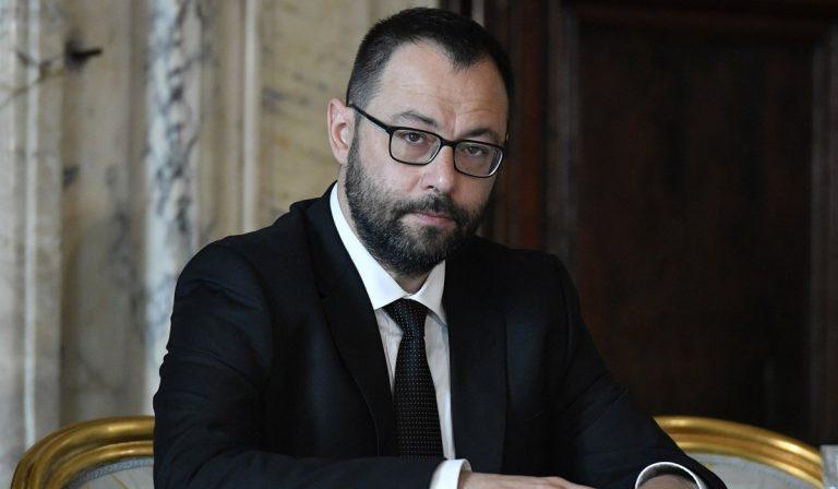 Il ministro Patuanelli risponde a un operaio che vende la Whirlpool su eBay