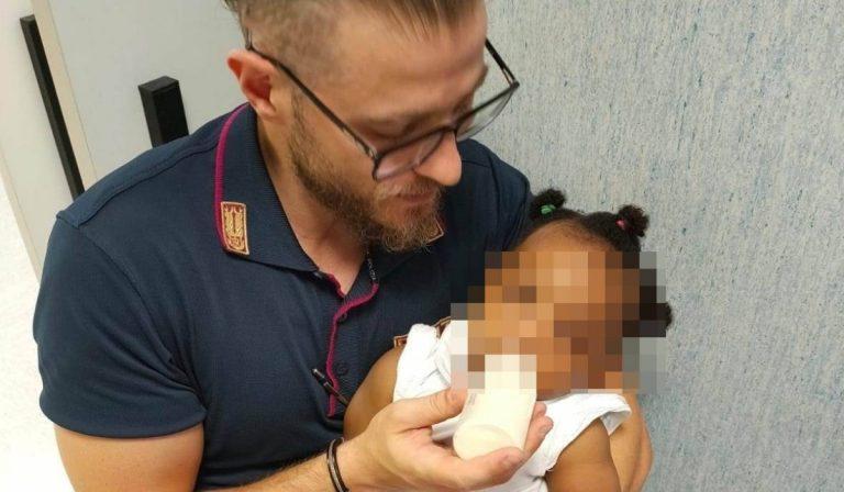 Poliziotto, accudisce la figlia mentre la mamma è in ospedale